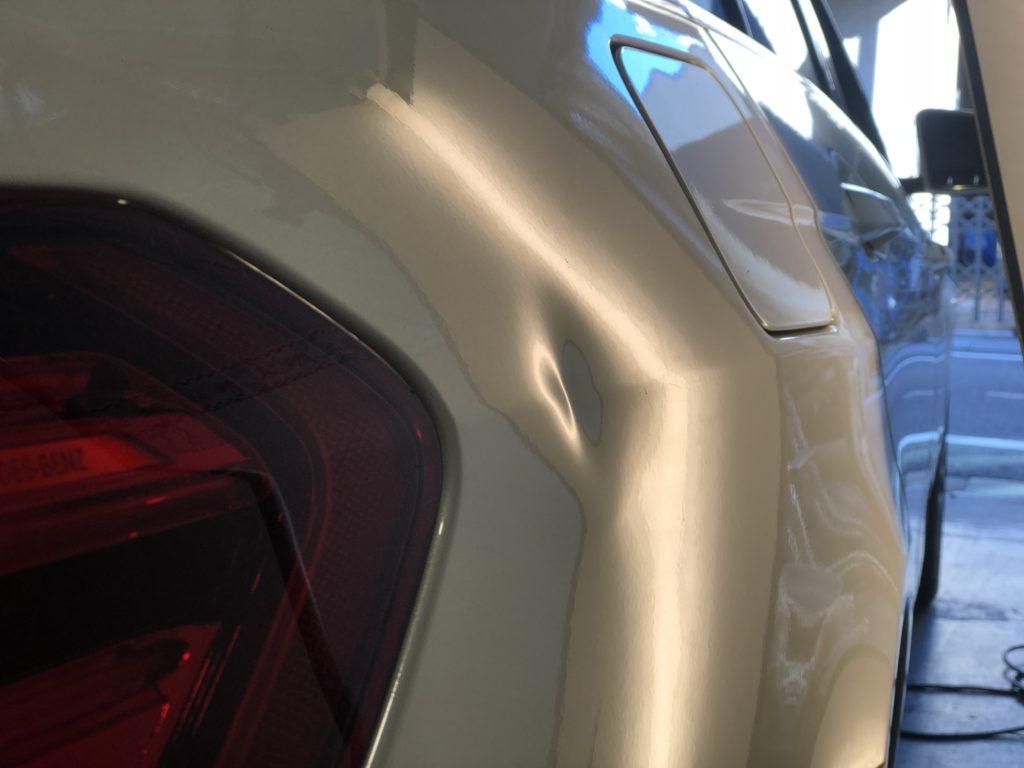 ベンツ E350 クォーターパネルのデントリペア施工前