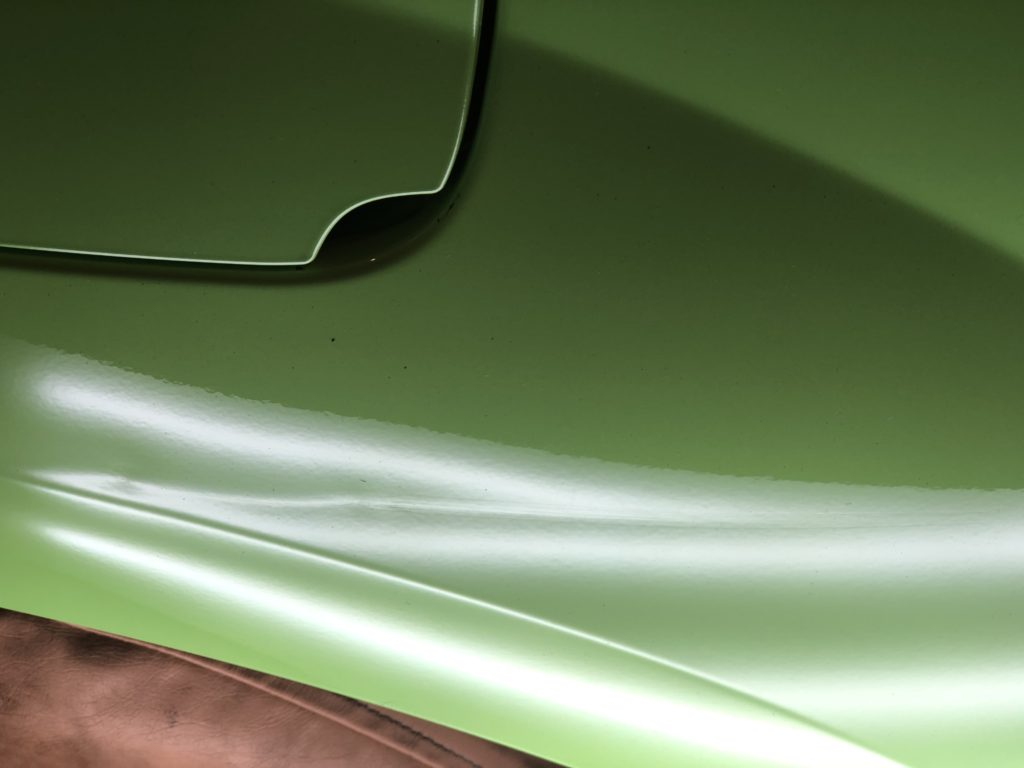 カングー クォーターパネルの長いヘコミもデントリペアで直ります。