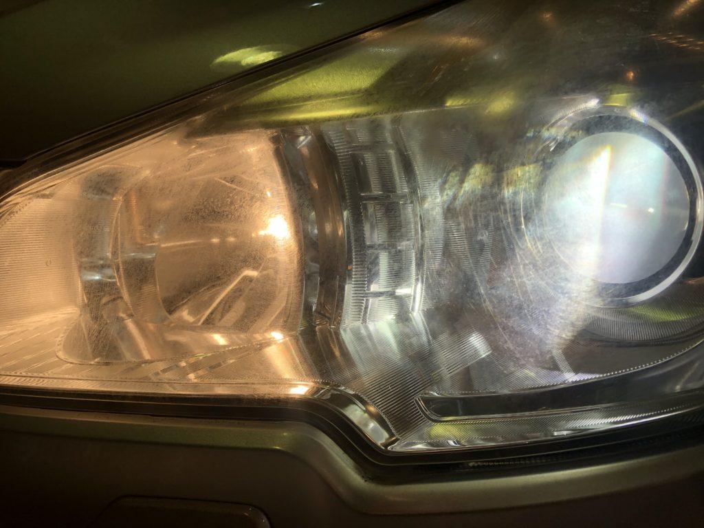 ヘッドライトの劣化は、ライトを点灯すると良く分かります。