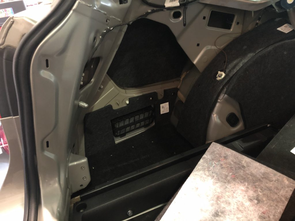 フォルクスワーゲン パサート クォーターパネルの内張りを外してデントリペアで直します。