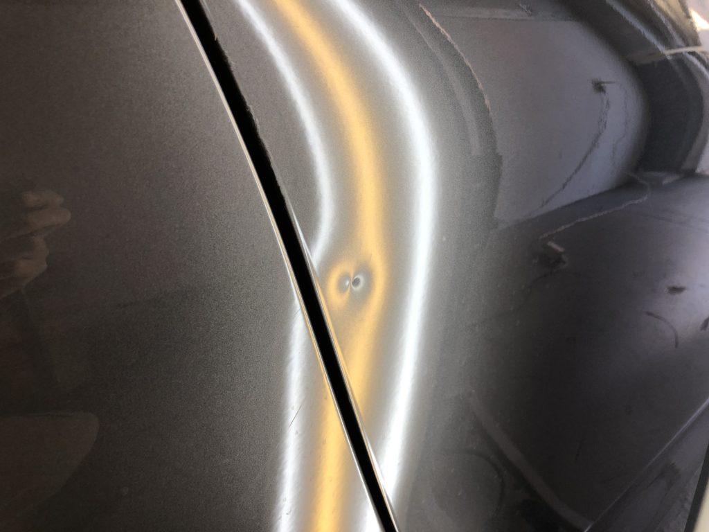 BMWM4クーペ ドアの縁近くの深いヘコミ
